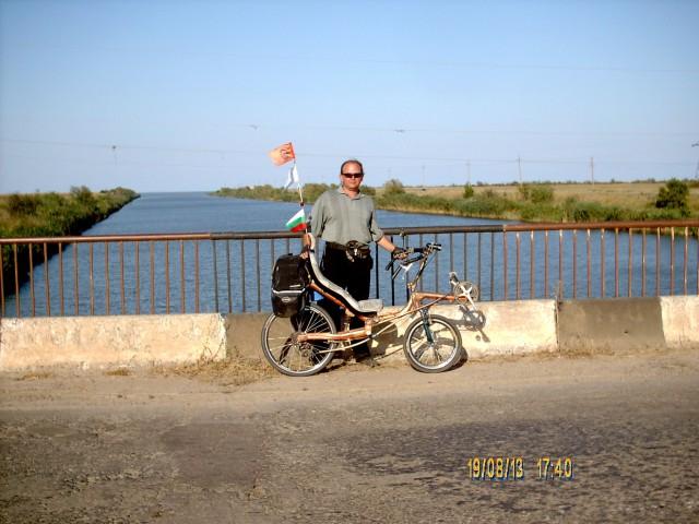 Игорь Галанин на мосту через канал фото Алексей Ганшина
