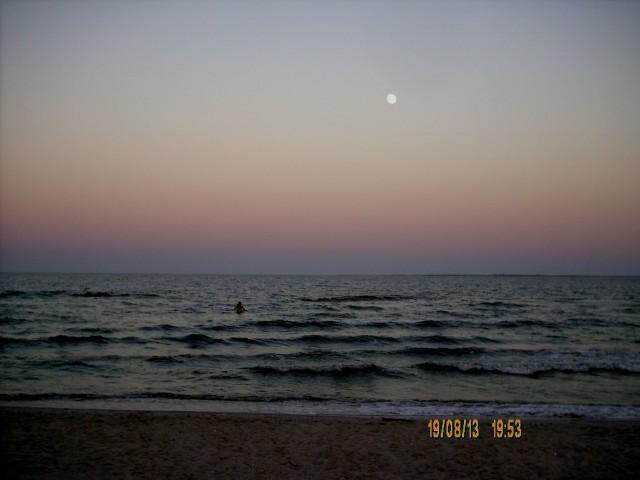 Карина купается при луне фото Алексей Ганшина
