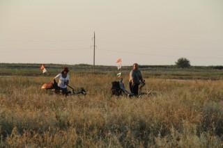 Карина и Игорь толкают лигерады по песку к пляжу фото Сергея Матушкина