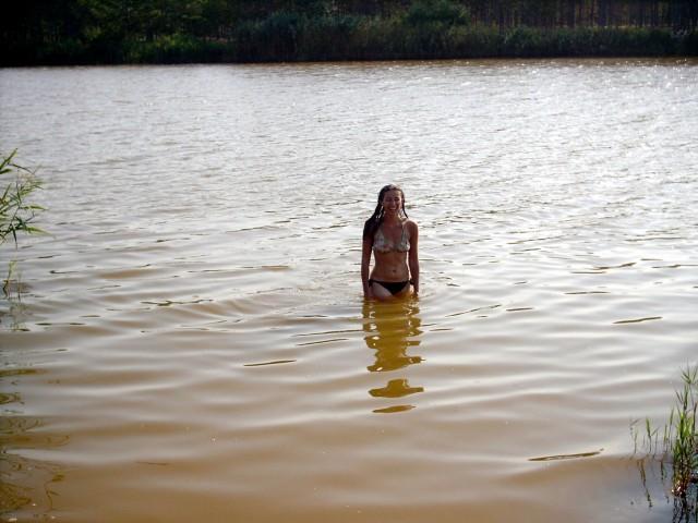 Карина купается в  озере Фото: Алексей