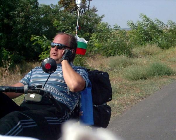 Игорь делится впечатлениями о походе со своей семьей прямо на ходу фото: Алексей Ганшин