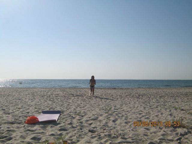Карина возвращается из моря Фото: Игорь