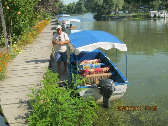 Наша экскурсионная лодка и рулевой\экскурсовод\капитан фото: Игорь