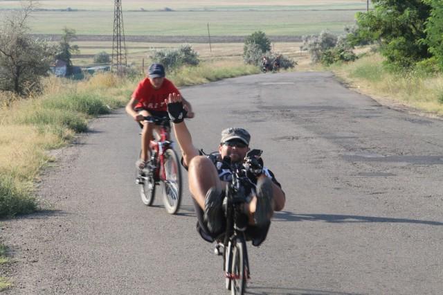 Николай и местный велосипедист фото: Соло