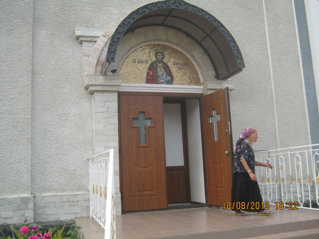 Вход в здание храма