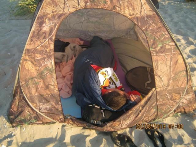 Один Сергей спит в палатке...