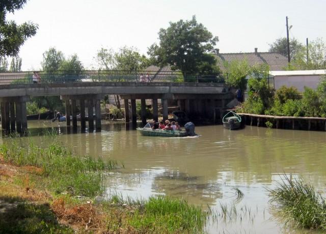 Экскурсионная лодка проходит под мостом