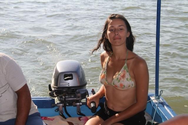 Карина управляет лодочным мотором!