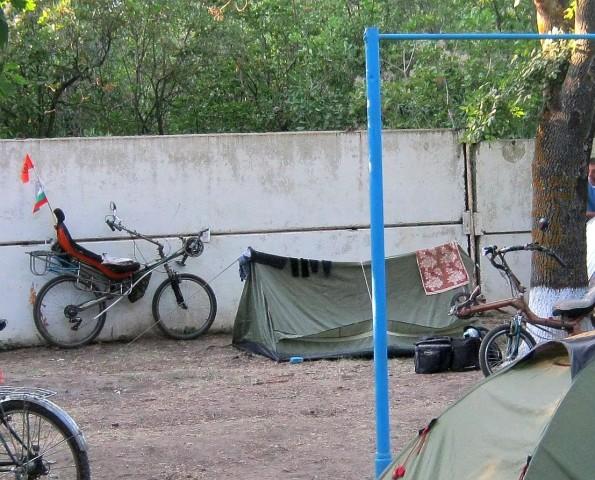 Вещи после стирки сушатся прямо на палатке