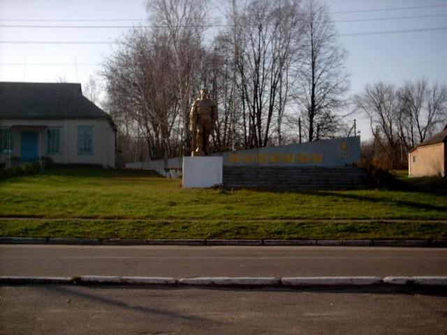 Памятник в центре Новоселицы