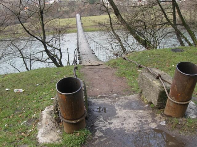 надвісний мосток над річкою