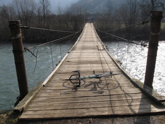 поклав велосипед для уявлення широти уього моста