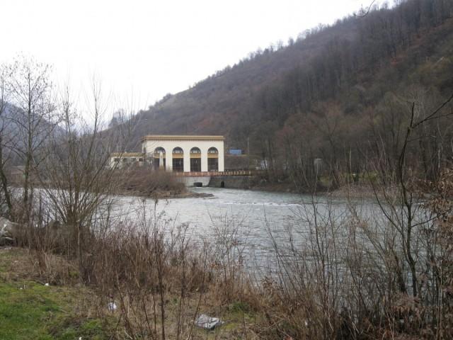 з цих воріт виходить вода з водозабору по тій стороні гори