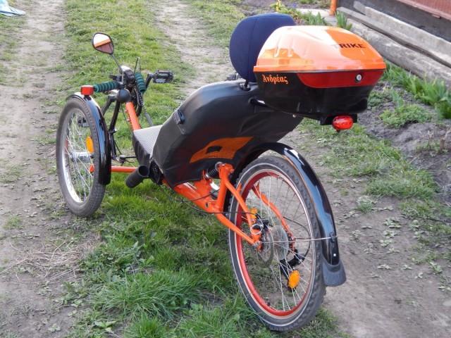 """Через помаранчову сітку спинки сидіння проходить повітря,а з лівої сторони кріплення інвалідної палиці.На багажному кофрі буде автомобільна табличка """"За кермом інвалід"""""""