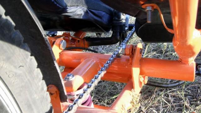 Положення шарнірів підвіски змінено,  щоб ланцюг проходив між ними. Це усуває реакцію підвіски на педалювання.