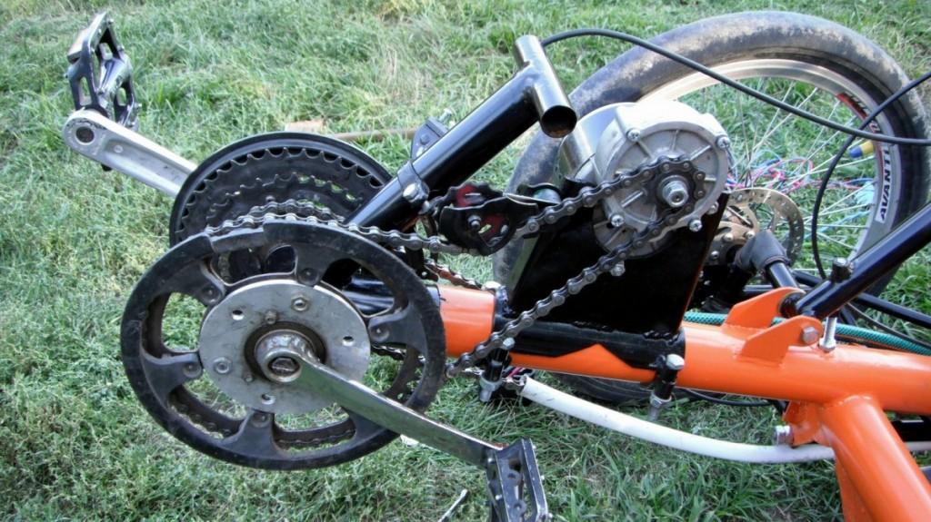 Привод мотору через тріщотку на лівому шатуні.