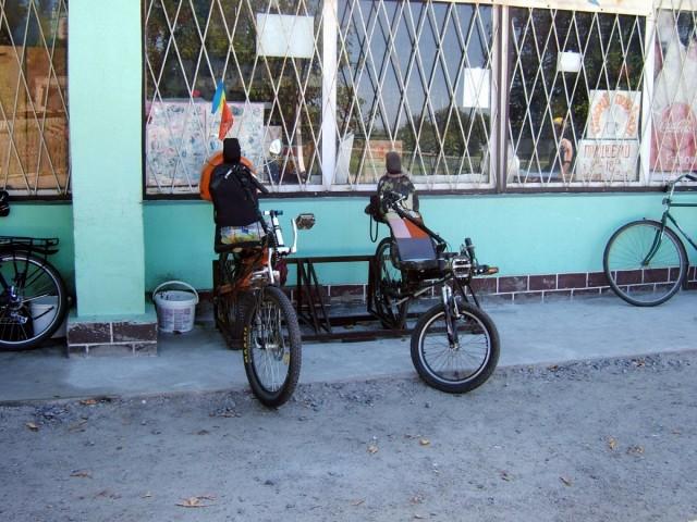 Велопарковка біля магазину в Головківці
