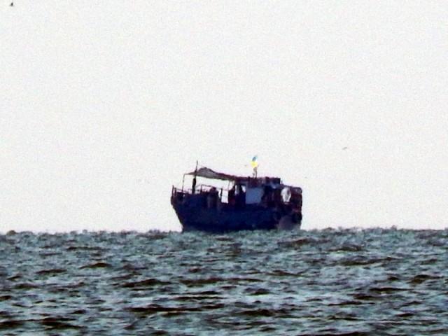 Рибальський корабель далеко на горизонті...