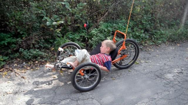 Антон старанно педалює