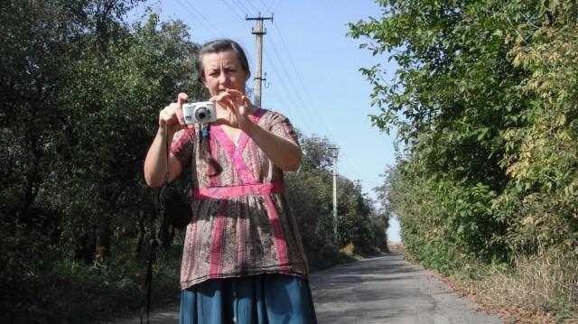 Бабуся робить фото на прощання