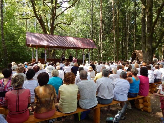 Літературні читання і концерт на лісовій галявині