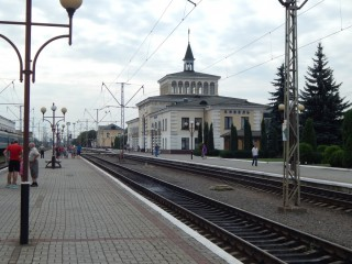 Залізничний вокзал, чекаємо прибуття потягу