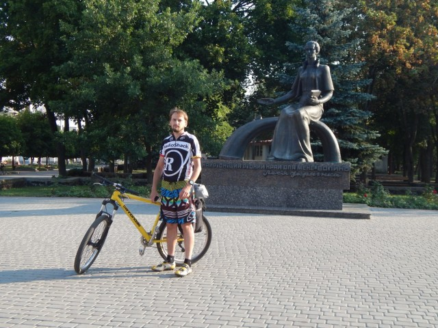 Микола біля пам'ятника Л.Українки.