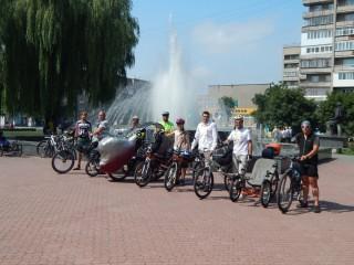 """Захід """"ВелоКовель"""", фото біля фонтана."""