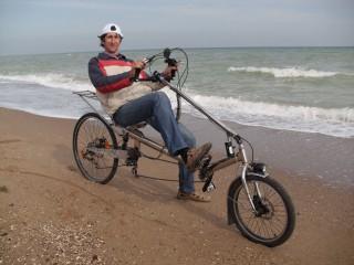 Алексей Горнаков-Зелинский из Киева на своём аппарате из нержавеющей стали