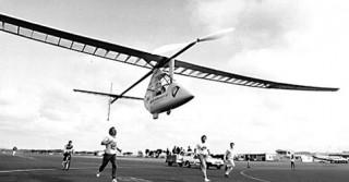 Педальнй самолёт с пилотом юнной Сьюзан Грей