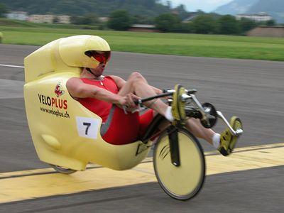 Полуобтекаемый лежачий велосипед
